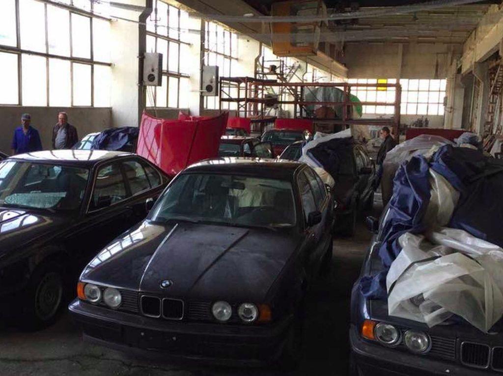 Sayang Banget! 11 Mobil BMW Dibiarkan Berdebu di Gudang