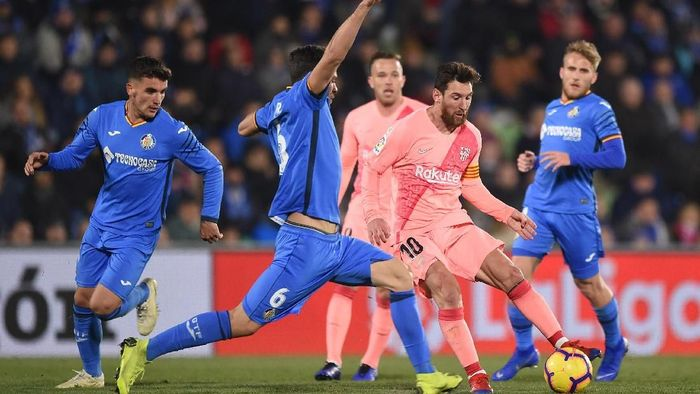 GETAFE, SPAIN - JANUARY 06: Lionel Messi of FC Barcelona is tackled by Leandro Cabrera of Getafe CF during the La Liga match between Getafe CF and FC Barcelona at Coliseum Alfonso Perez on January 06, 2019 in Getafe, Spain. (Photo by Denis Doyle/Getty Images)