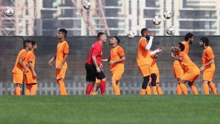 Pemain Timnas Yaman berlatih jelang berlaga di Piala Asia 2019 di Abu Dhabi. (Foto: KARIM SAHIB / AFP)