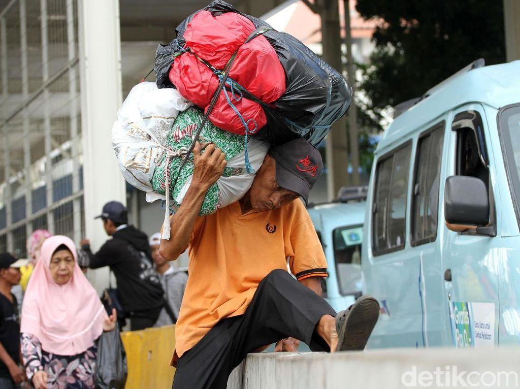 Ogah Lewat Skybridge Tanah Abang, Warga Lompati Separator