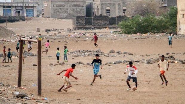 Sekelompok anak-anak kecil Yaman bermain sepakbola di daerah Mokha.