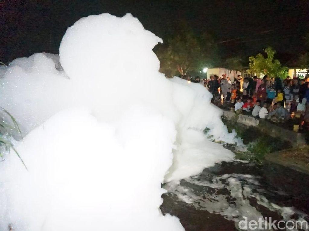 Fenomena Gunungan Busa di Sungai Hebohkan Warga Jombang