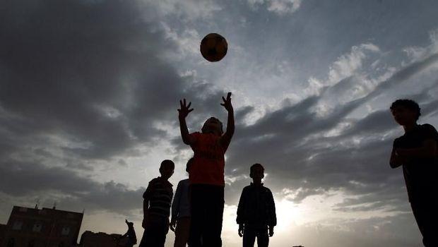 Anak-anak kecil Yaman bermain sepakbola di kawasan Sanaa.