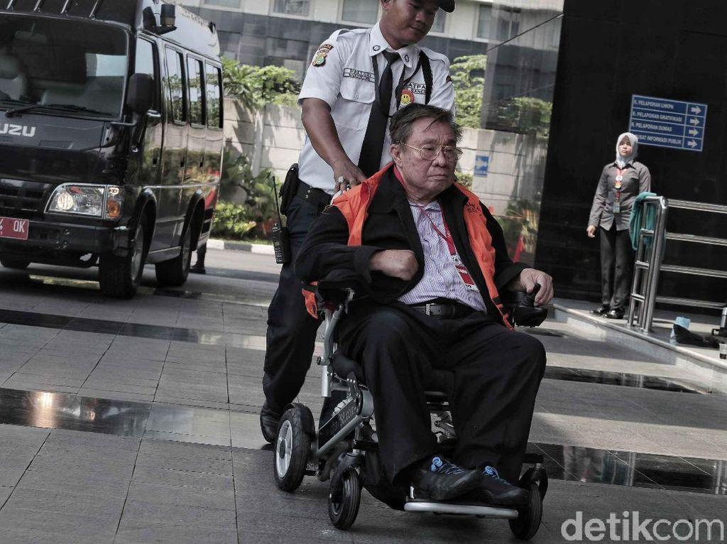 Pakai Kursi Roda, Tahanan KPK Ini Tidak Diborgol