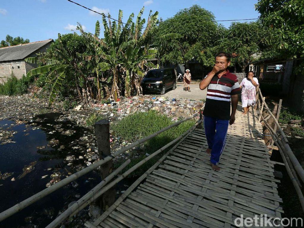 Sungai Penuh Sampah di Tarumajaya Bekasi Bikin Bau