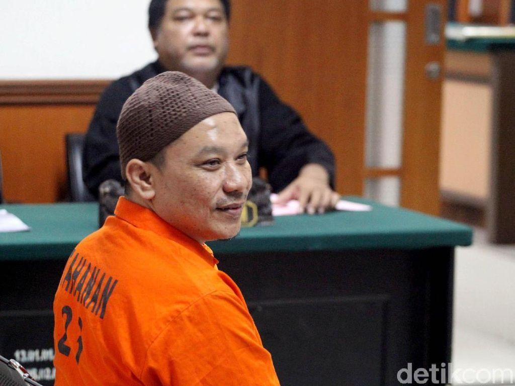 Senyum Anggota JAD Blitar di Sidang Perdana Kasus Terorisme