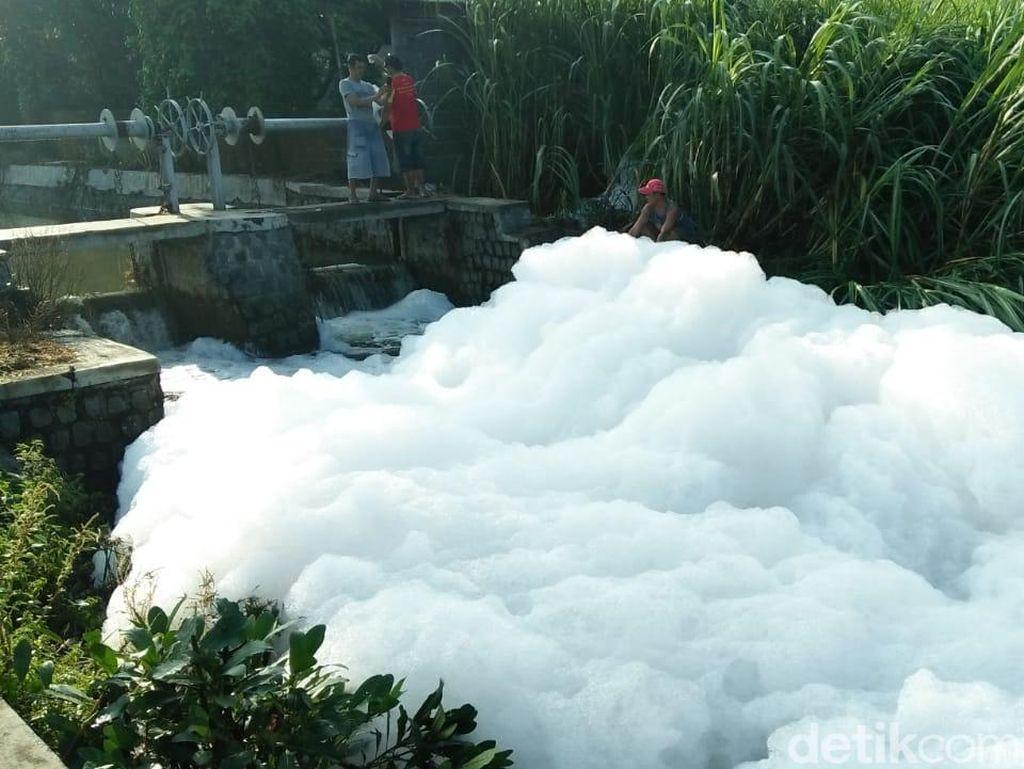 Pemilik Pabrik di Jombang Klaim Gunungan Busa di Sungai Tak Berbahaya