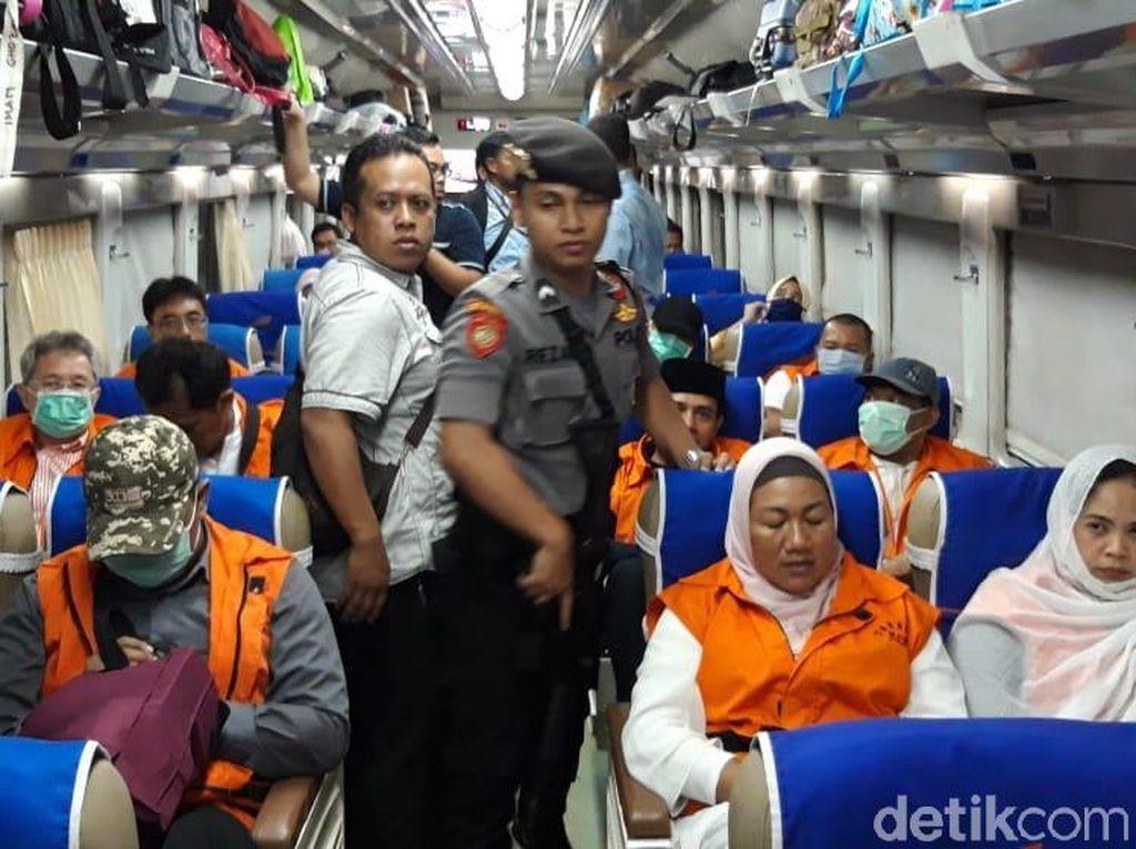 Berbaju Tahanan, 12 Tersangka Suap DPRD Malang Naik Kereta ke Surabaya