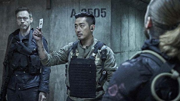Kapten Ahab (Ha Jung Woo) dalam 'Take Point'.