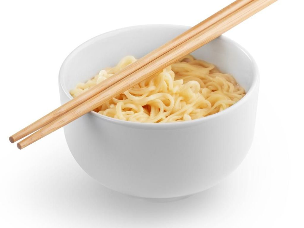 Awas, Doyan Makan Mi Instan Setengah Matang Berisiko Ganggu Pencernaan