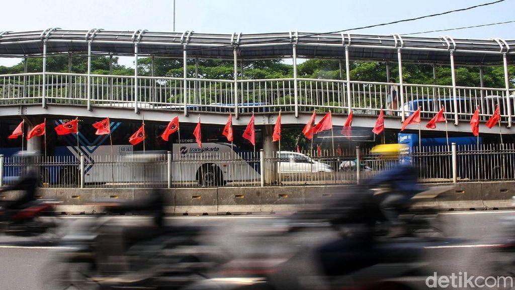 Deretan Bendera Banteng Merahkan Jalanan Ibu Kota