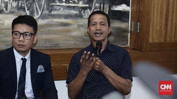 Lucius Karus ketika melakukan konferensi pers di Bakoel Coffie, Cikini, Jakarta pada Selasa (8/1/2019). Sebelumnya, GKR Hemas bersama anggota DPD lain melakukan pertemuan dengan Presiden Joko Widodo untuk menjelaskan situasi terkini DPD RI. (CNN Indonesia/Harvey Darian)