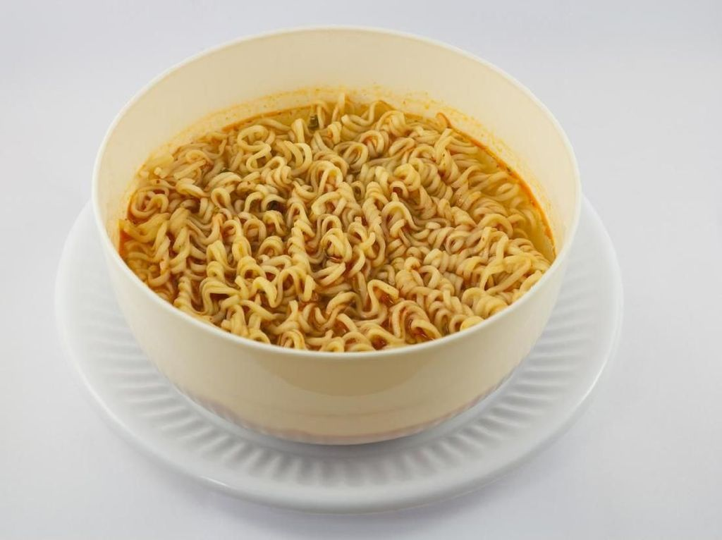 11 Bahaya Makan Mi Instan Terlalu Sering
