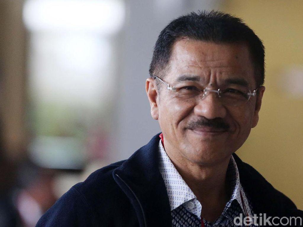 Senyum Gamawan Fauzi Saat Diperiksa KPK