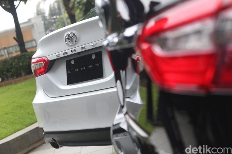 Toyota Camry yang sudah mengusung tenaga hybrid. Foto: Ari Saputra