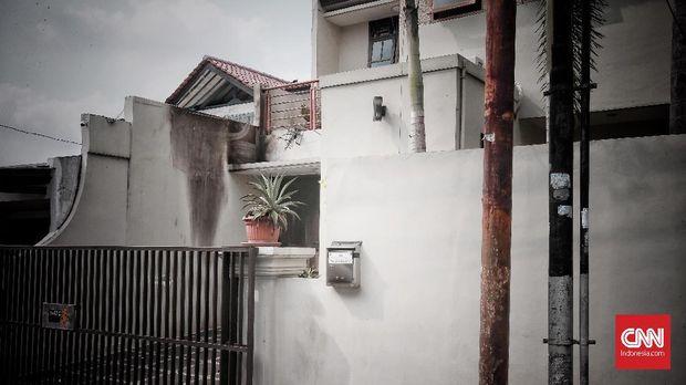 CCTV Merekam Dua Orang Pelempar Molotov ke Rumah Laode