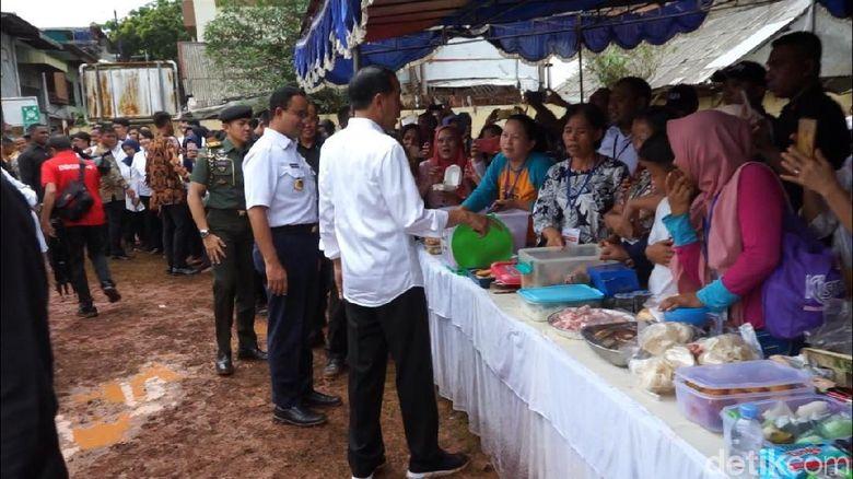 Saat Jokowi Ajak Anies Borong Kerupuk dan Gorengan di Tambora