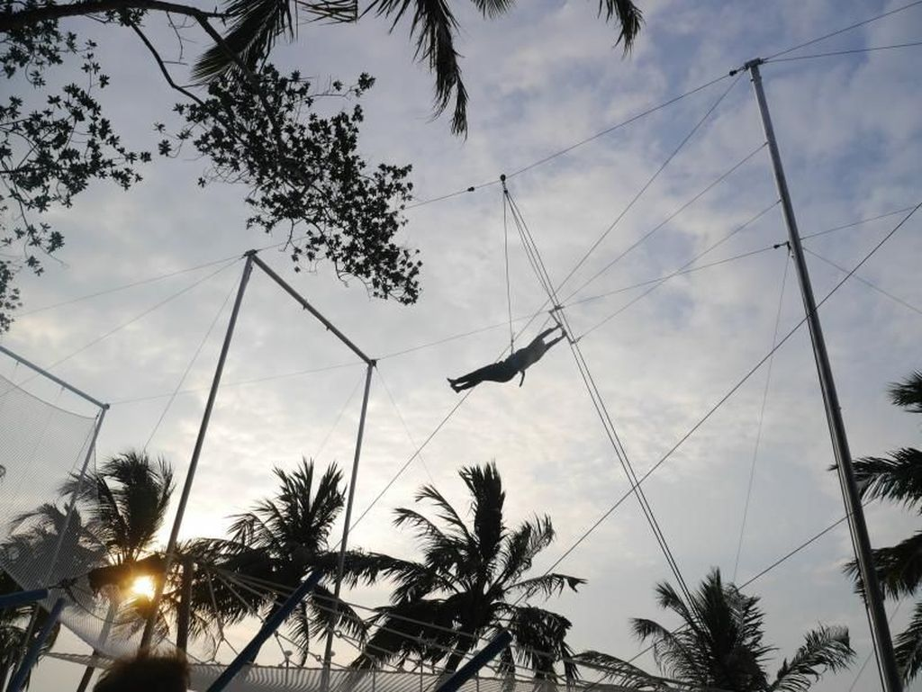Bermain Akrobat Sirkus di Maldives
