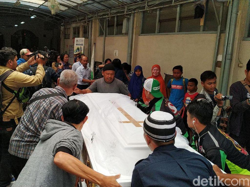 Haru Keluarga Sambut Jenazah Siswi SMK yang Ditusuk di Bogor