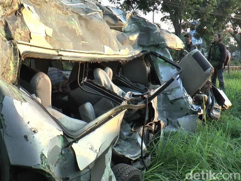 Mobil yang Ditabrak KA Jayabaya di Pasuruan Ternyata Angkutan Travel