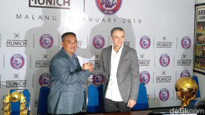 Milomir Seslija (kanan) saat diperkenalkan manajer Arema FC Rudi Widodo. (Foto: Muhammad Aminudin/detikSport)