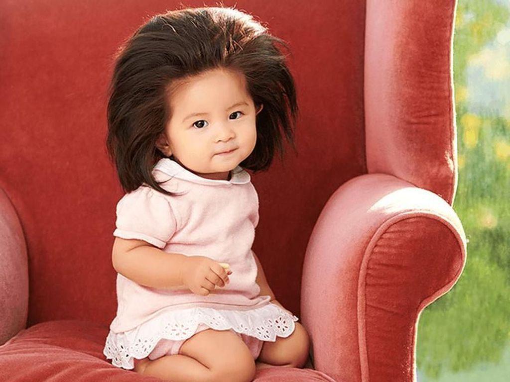 Cute! Bayi yang Dulu Viral karena Rambut Super Tebal, Kini Jadi Model Sampo