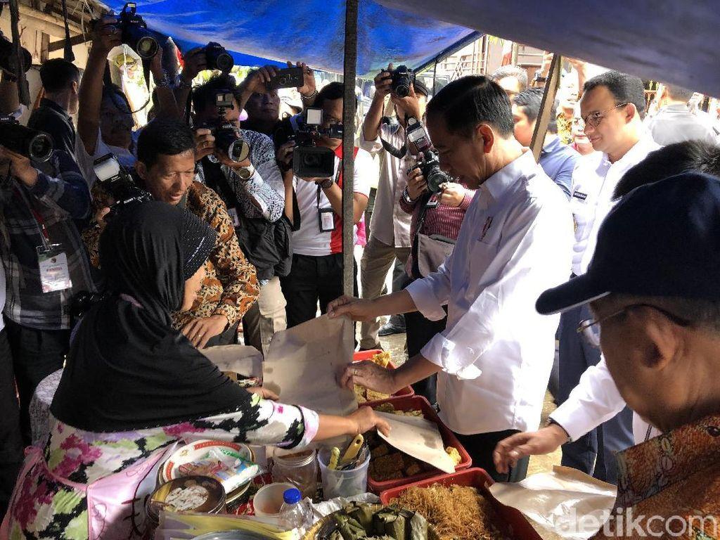 Ditemani Anies, Jokowi Tinjau Warung Nasi Uduk hingga Susuri Gang Becek