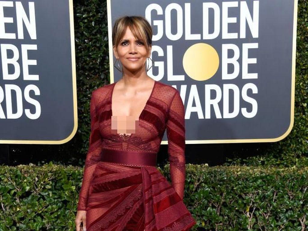 Hadiri Golden Globes, Halle Berry Seksi Bergaun Transparan di Usia 52