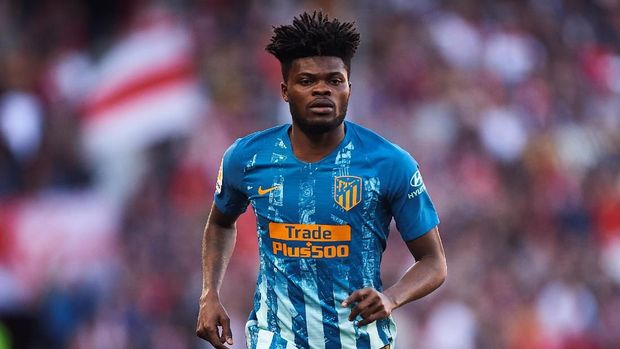 SEVILLE, SPAIN - JANUARY 06: Thomas Partey of Club Atletico de Madrid looks on during the La Liga match between Sevilla FC and  Club Atletico de Madrid at Estadio Ramon Sanchez Pizjuan on January 06, 2019 in Seville, Spain. (Photo by Aitor Alcalde/Getty Images)