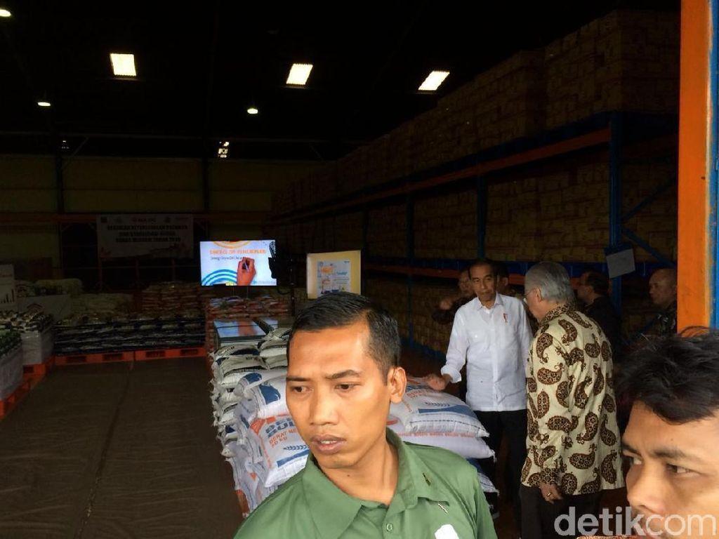 Cek Pasokan Beras di Gudang Bulog, Jokowi: Stok Masih Besar