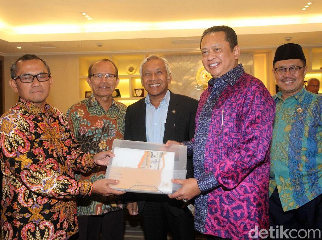 Ketua KY Serahkan Nama-nama Calon Hakim Agung ke Ketua DPR