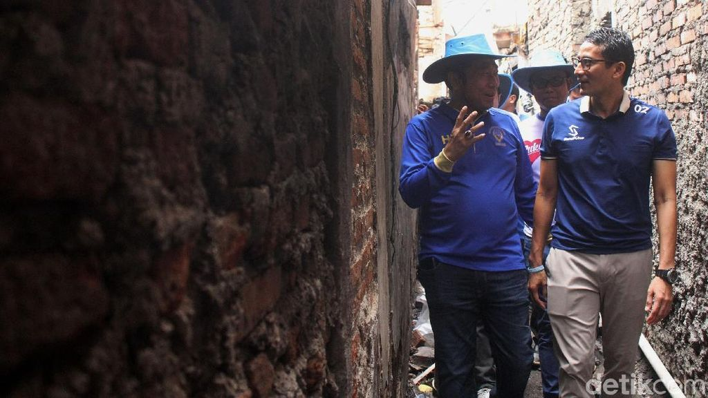 Bareng Lulung, Sandiaga Susuri Gang Temui Korban Kebakaran Tambora