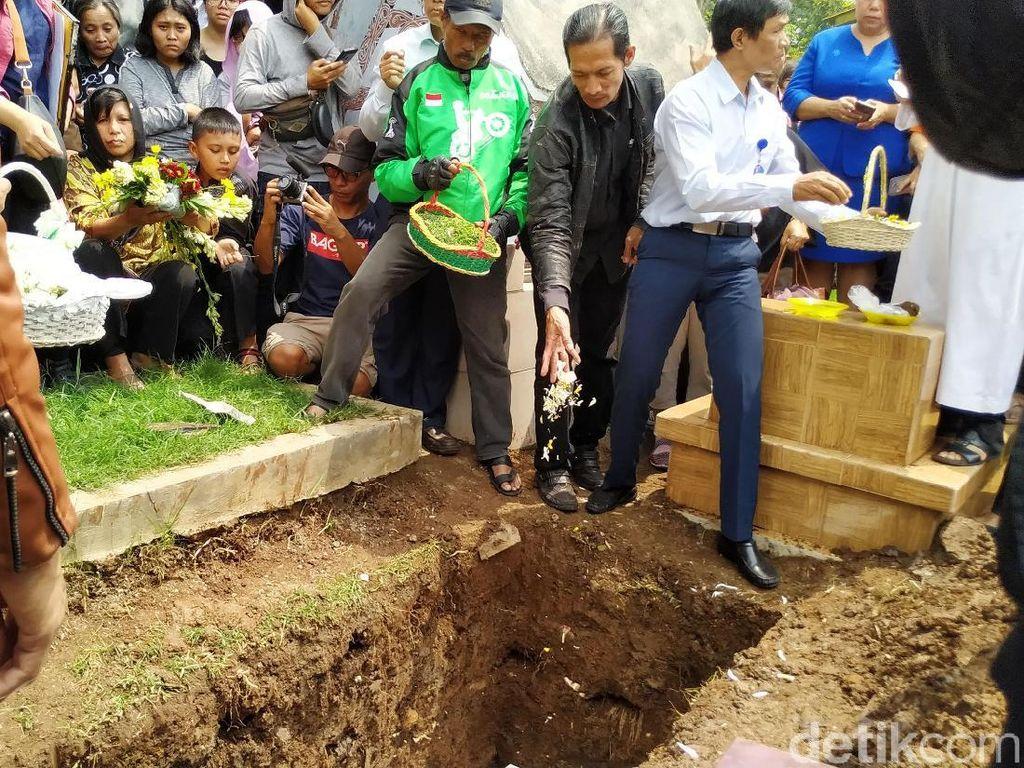 Isak Tangis Keluarga Iringi Pemakaman Noven