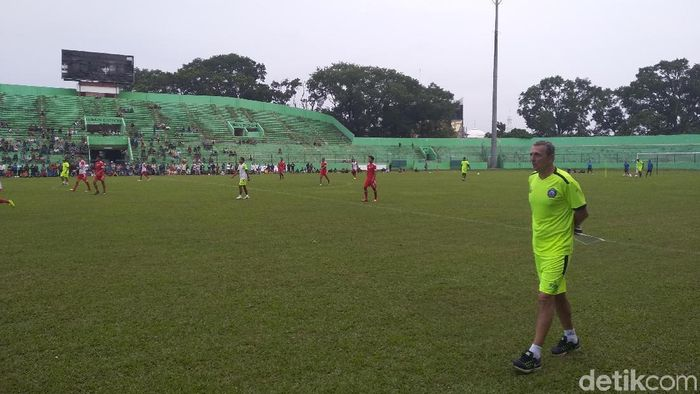 Milomir Seslija memimpin langsung sesi latihan pertama Arema FC di Stadion Gajayana (Muhammad Aminudin/detikSport)