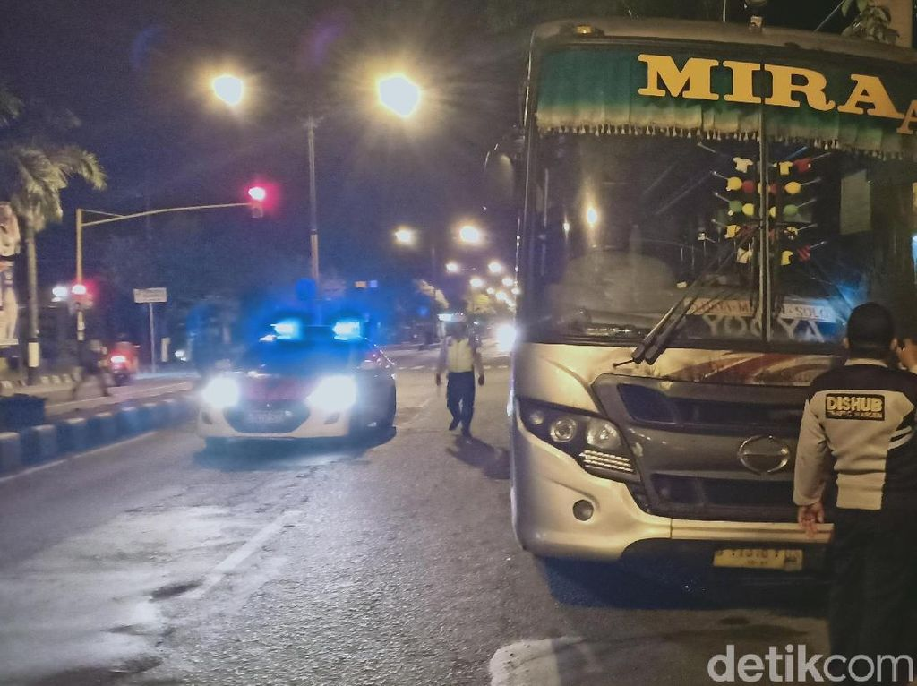 Bus Mira Terbakar di Madiun, 30 Penumpang Dievakuasi