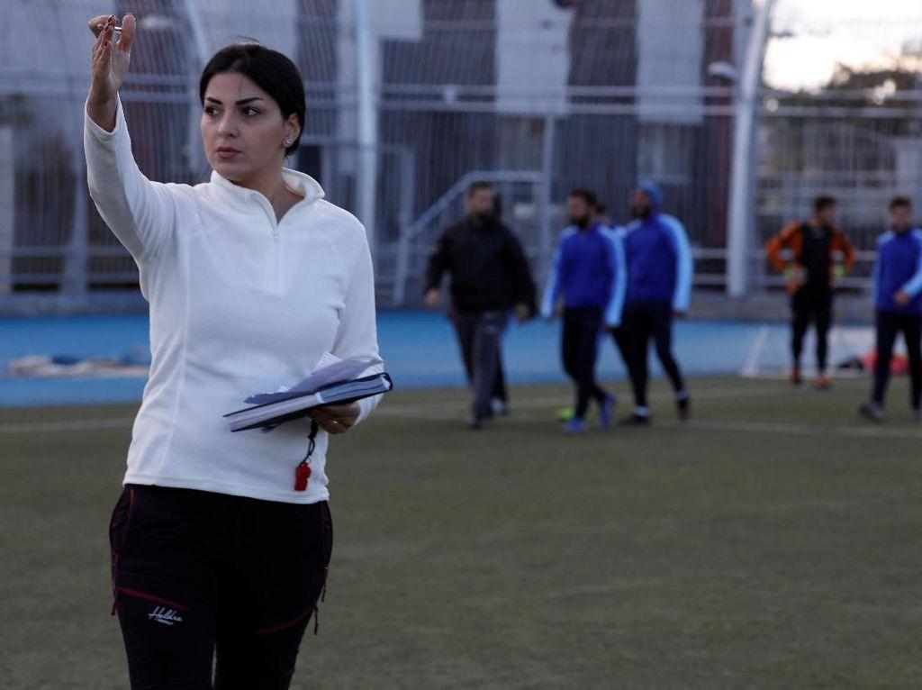 Cantiknya Maha Jannoud, Pelatih Tim Putra di Suriah