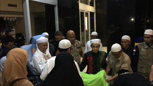 Ustaz Arifin Ilham keluar dari RSCM Kencana, Jakarta Pusat.