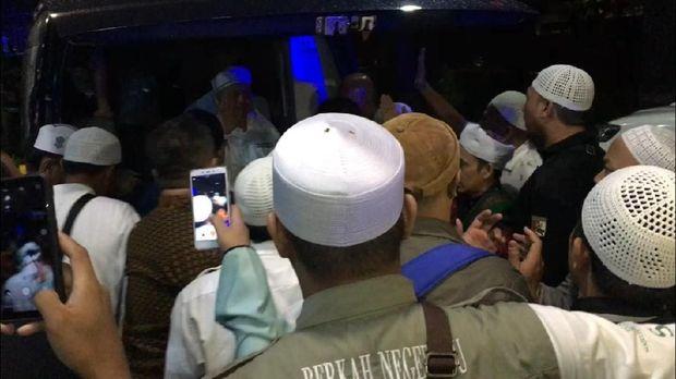 Ustaz Arifin Ilham melambaikan tangan saat masuk ambulans.
