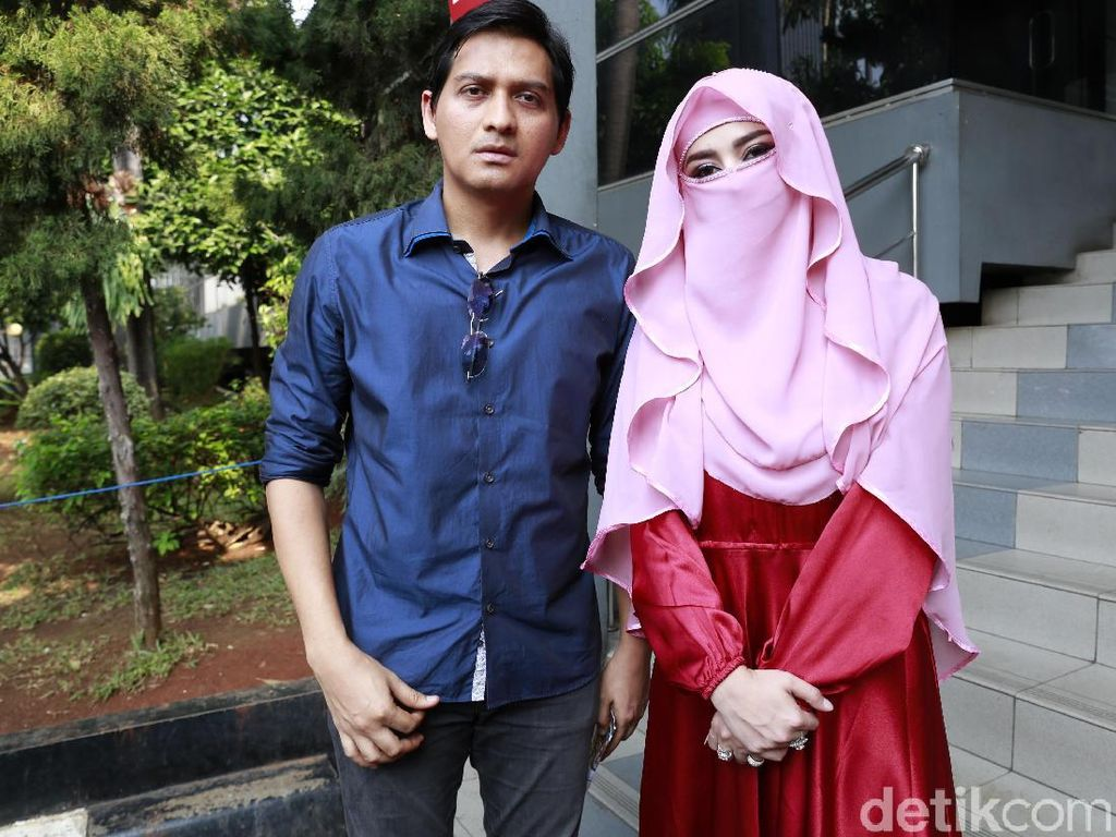 Gaya Tiara Dewi Bercadar di Polda Metro Jaya yang Curi Perhatian