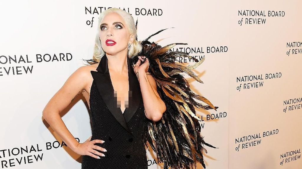 Netizen Bingung Lady Gaga Bawa Bulu Ayam ke Karpet Merah, Apa Itu?
