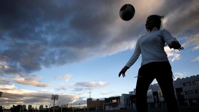 Jannoud, 32 tahun, sebelumnya adalah pemain Tim Nasional putri Suriah. Dia diyakini sebagai wanita pertama di Timur Tengah yang melatih tim profesional putra. (Foto: Omar Sanadiki/Reuters)