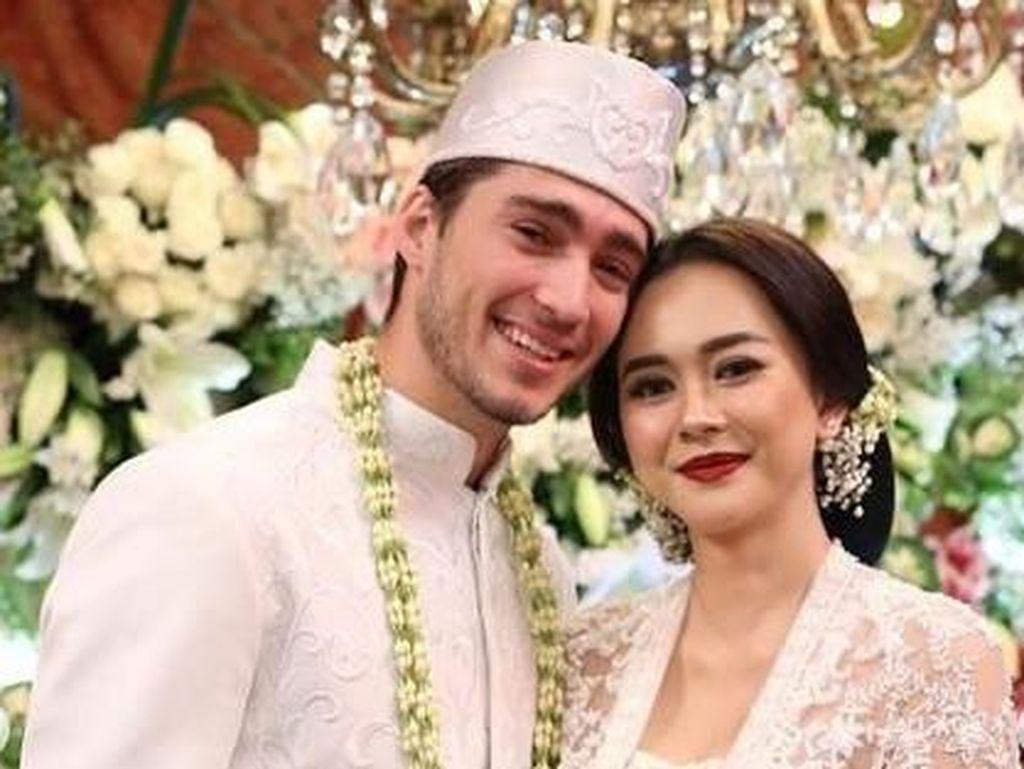 Aura Kasih Hamil, Suami Rela Bangun Pagi untuk Masak