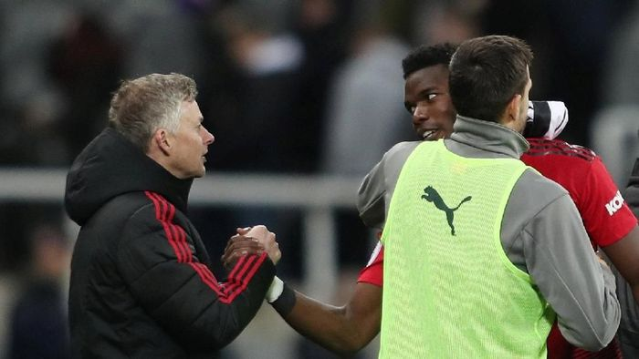 Paul Pogba menyalami Ole Gunnar Solskjaer. (Foto: Lee Smith/Reuters)
