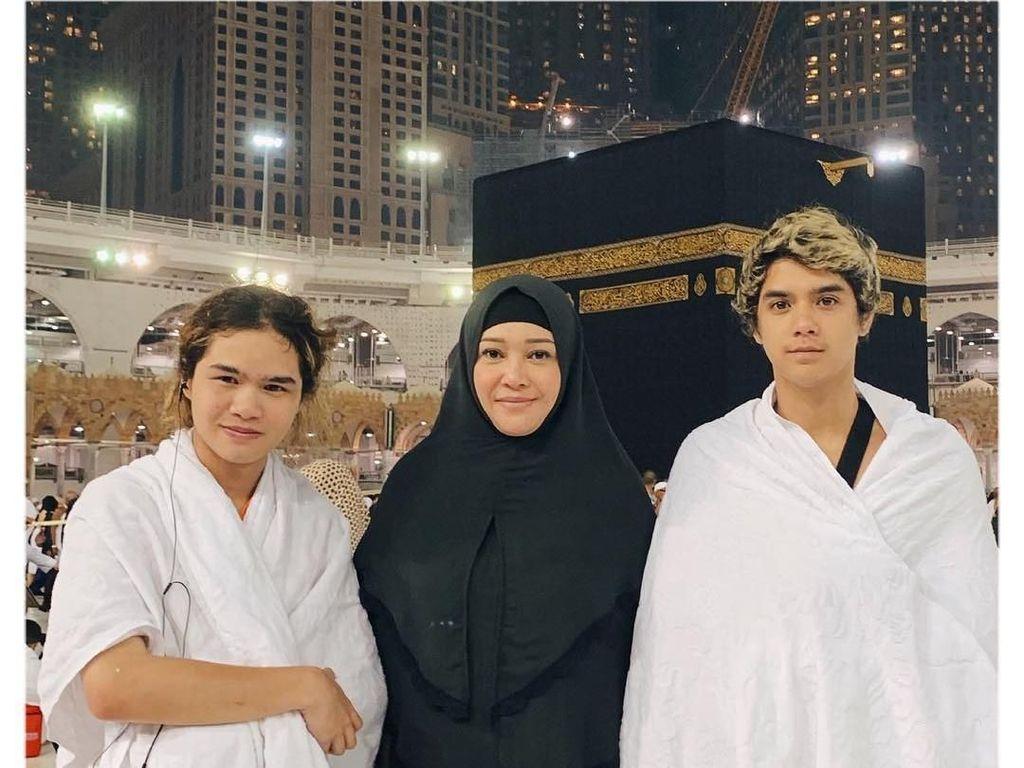 8 Gaya Maia Estianty Pakai Hijab Syari Saat Umrah, Makin Cantik