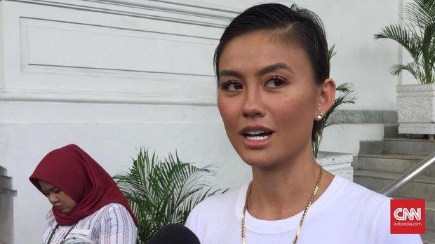 Penyanyi Agnes Monica atau yang kini dikenal Agnez Mo bertemu dengan Presiden Joko Widodo di Istana Negara, Jakarta, Jumat (11/1).