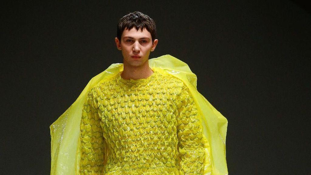 Foto: Baju dari Bubble Wrap Eksis di Fashion Show London, Bisa Dipakai?
