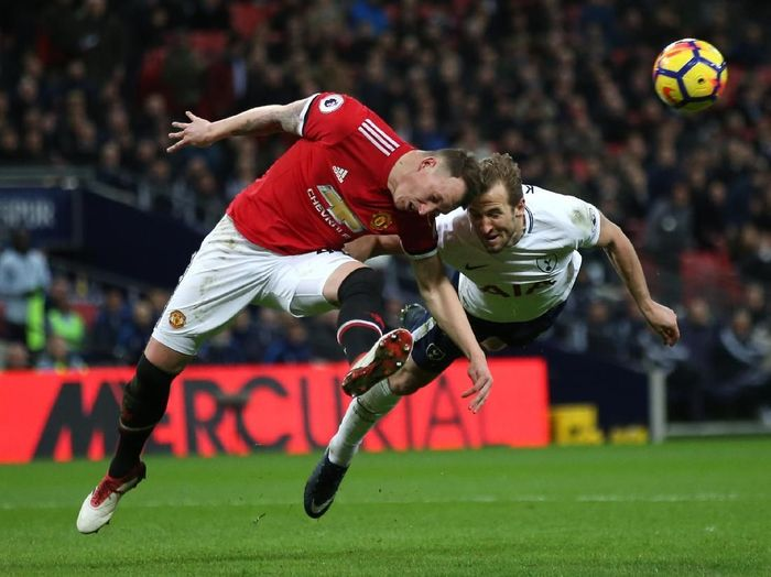 LONDON, ENGLAND - JANUARY 31: Phil Jones of Manchester United and Harry Kane of Tottenham Hotspur both dive to win a header during the Premier League match between Tottenham Hotspur and Manchester United at Wembley Stadium on January 31, 2018 in London, England.  (Photo by Steve Bardens/Getty Images)