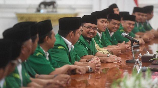 Ketua Umum Gerakan Pemuda (GP) Ansor Yaqut Cholil Qoumas (tengah) memperkenalkan anggotanya saat pertemuan dengan Presiden Joko Widodo di Istana Merdeka, Jakarta, Jumat (11/1/2019). Pertemuan itu membahas sejumlah kasus-kasus radikalisme yang ada di Indonesia. ANTARA FOTO/Akbar Nugroho Gumay/foc.