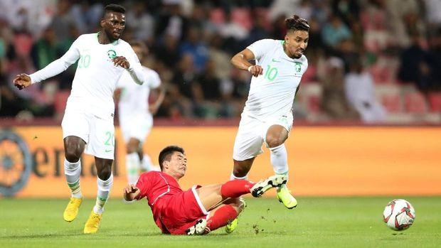 Laga pertama Mourinho di Piala Asia 2019 adalah Arab Saudi (putih) vs Qatar.