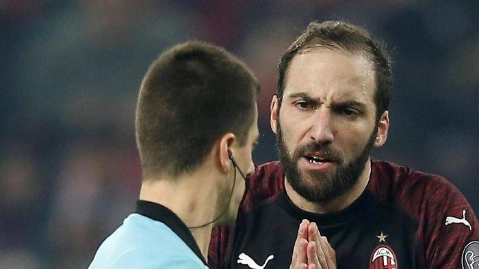 Gonzalo Higuain tetap penting untuk AC Milan meski tengah tampil buruk (Costas Baltas/REUTERS)